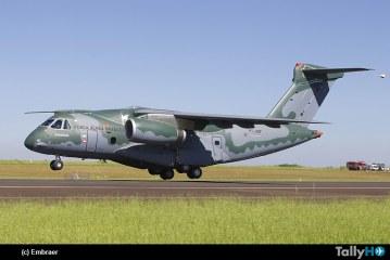 El nuevo avión de transporte Embraer KC-390 realizó con éxito su primer vuelo