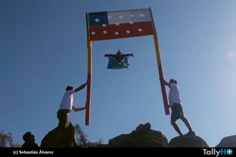 """Sebastián """"Ardilla"""" Álvarez realizó vuelo en wingsuit de precisión en el Cerro Manquehue"""