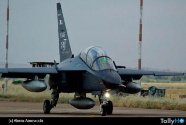 """El Alenia Aermacchi M-346, inicia sus actividades """"aggressor"""" con el avión Eurofighter de la Fuerza Aérea Italiana"""