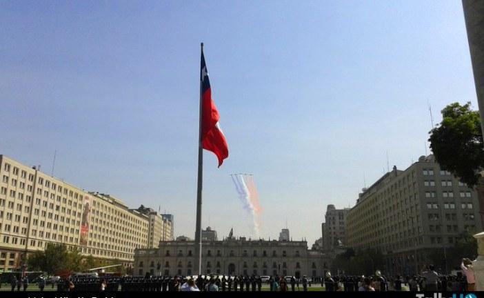 Izamiento de la gran bandera nacional por parte de la Fuerza Aérea de Chile
