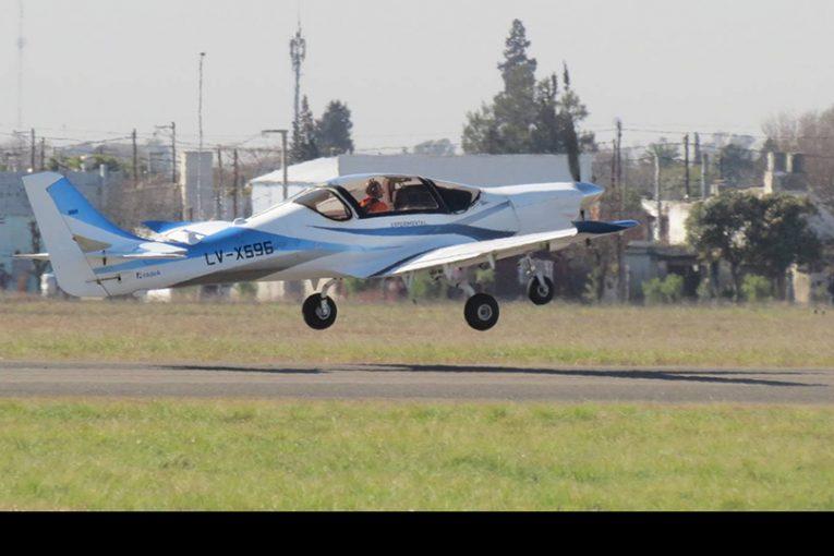Histórico primer vuelo del IA-100 de la FAdeA
