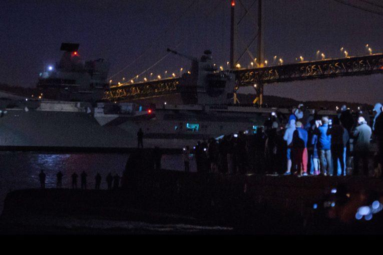 Nuevo Portaaviones de la Marina Real Británica el HMS Queen Elizabeth ya navega al noreste de Escocia