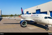 Primer A220-100 de Delta Air Lines sale del hangar de pintura de Mirabel