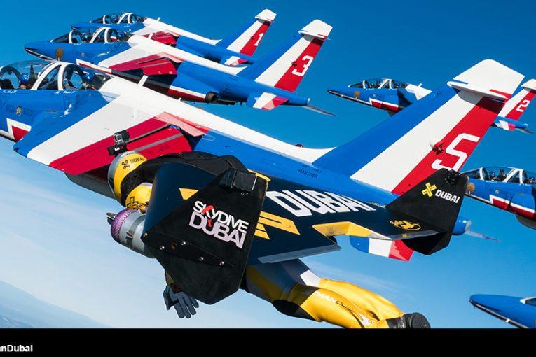 Espectacular formación aérea de la Patruille de France y tres Jetman