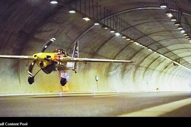 El piloto italiano Dario Costa vuela por los túneles Çatalca de Turquía en menos de 44 segundos